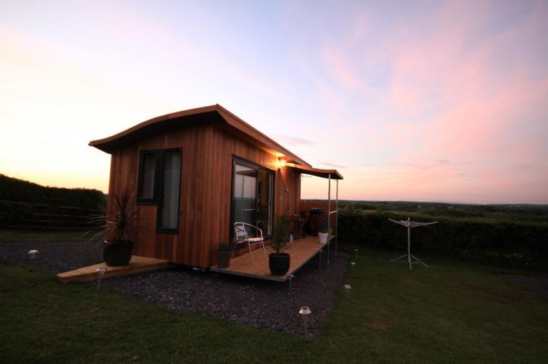 บ้านไม้ขนาดเล็ก ชมพระอาทิตย์ตลาลับขอบฟ้าริมทะเลก