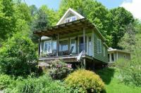 บ้านชั้นเดียวบนพื้นที่แคบและยาว มีพื้นที่ใช้สอยเพียงพอแบบไม่อึดอัด