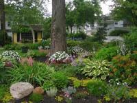 จัดสวนหย่อมภายในบ้าน ริมระเบียงทางเข้าบ้านสวยๆ